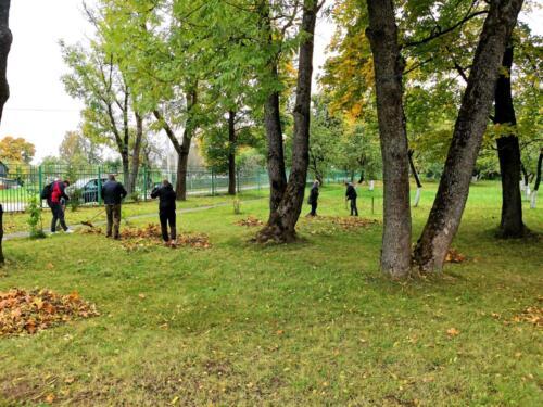 Помощь волонтеров минского областного департамента охраны в уборке территории